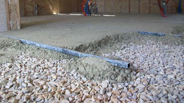 Dalle de sol réalisée en chaux chanvre sur cailloux