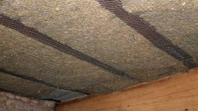 Plafond de la cave isolé au chanvre