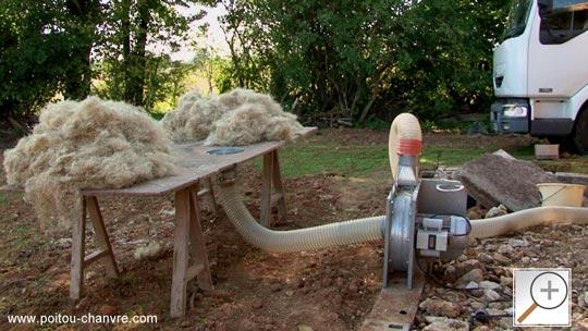 Appareil pour souffler de la laine de chanvre dans les combles